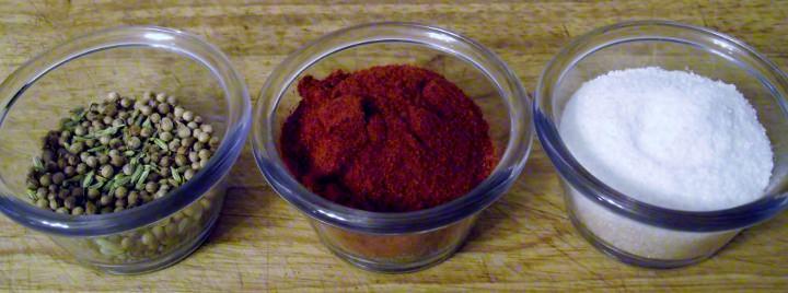 在清楚的ramekins的自创意大利香肠调味料
